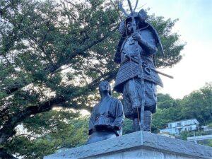 土肥実平と妻の銅像